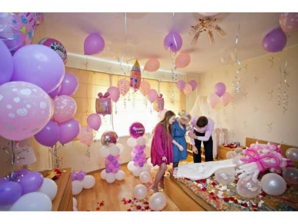 комната, декорированная шариками и гирляндами