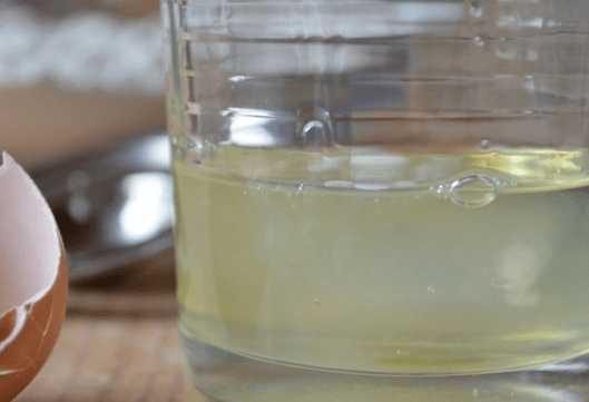 Яичный белок в стакане
