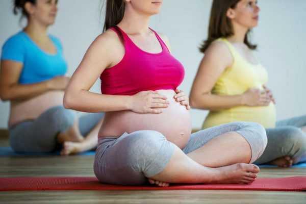 беременные занимаются йогой