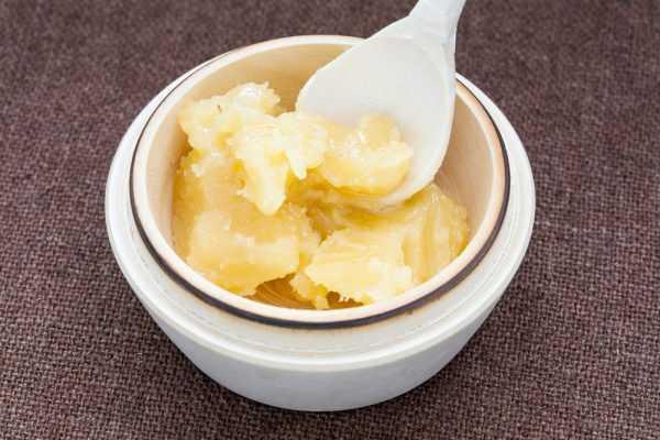 засахаренный мёд в миске