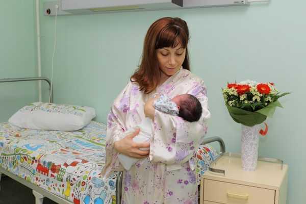 Женщина держит на руках ребёнка
