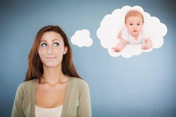 Женщина думает о ребёнке и смотрит вверх