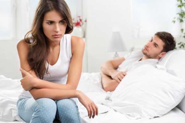 Женщина и мужчина на кровати