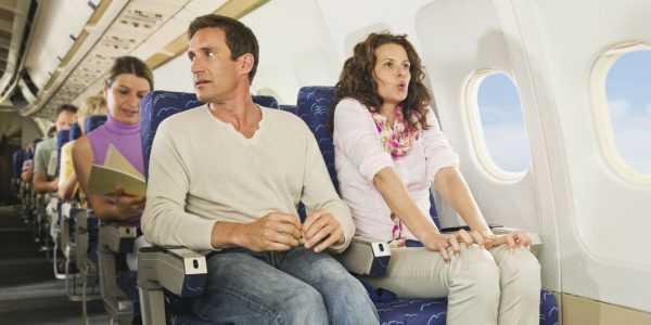 Женщина и мужчина в салоне самолёта