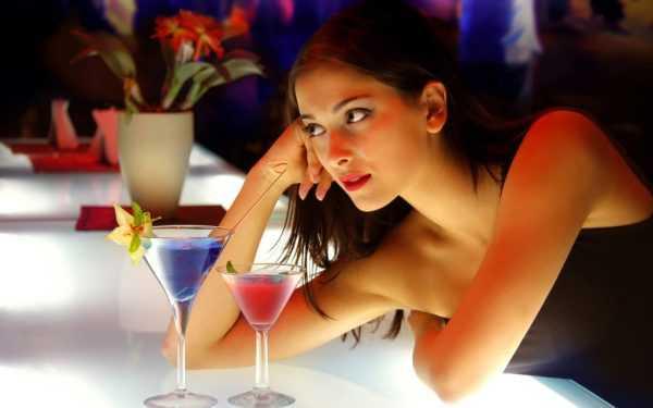 Женщина с коктейлем
