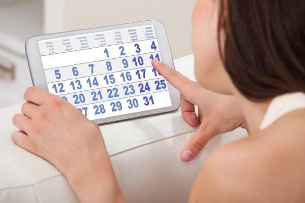 Женщина рассматривает электронный календарь