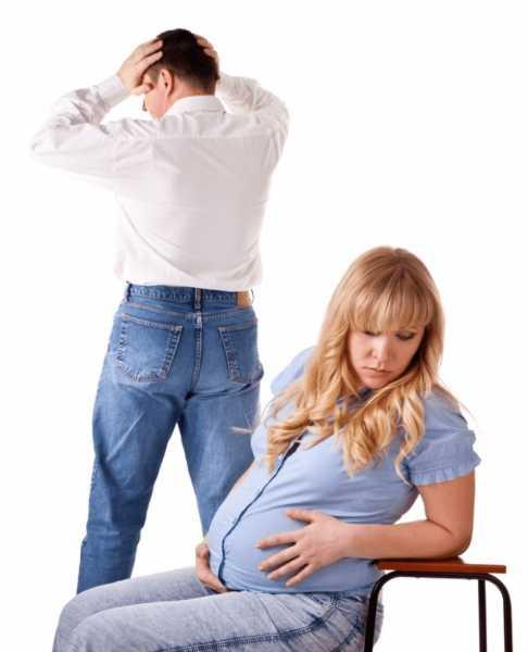 расстроенные муж и беременная жена