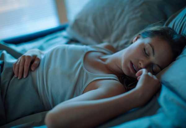 Женщина спит на спине