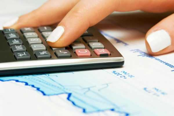 Женская рука и калькулятор